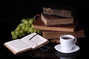 Alte Bücher, Weintrauben und Kaffee